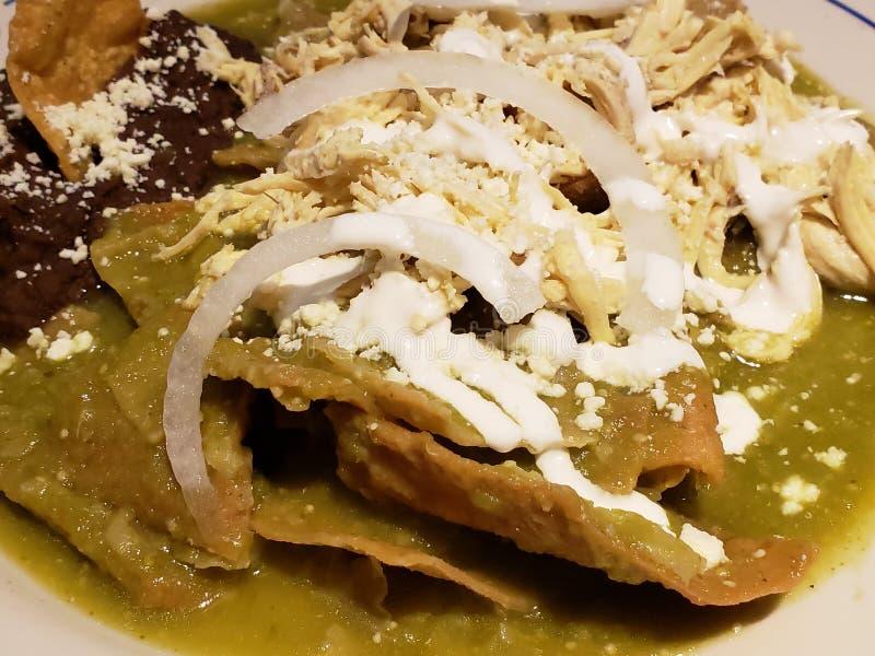 les chilaquiles bombent en sauce verte avec les haricots refried, nourriture mexicaine typique photographie stock libre de droits