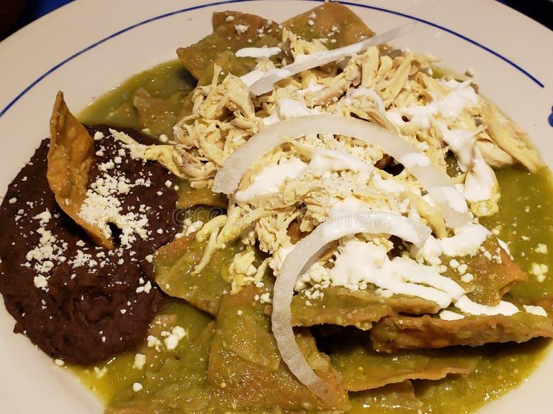 les chilaquiles bombent en sauce verte avec les haricots refried, nourriture mexicaine typique photos libres de droits