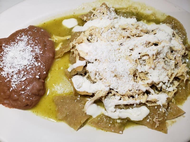 les chilaquiles bombent en sauce verte avec les haricots refried, nourriture mexicaine typique photographie stock