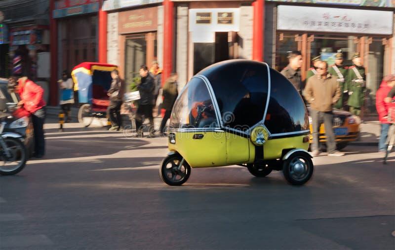 Les Chinois 3 roulent la voiture ou la motocyclette à la rue dans Pékin. Chine images libres de droits