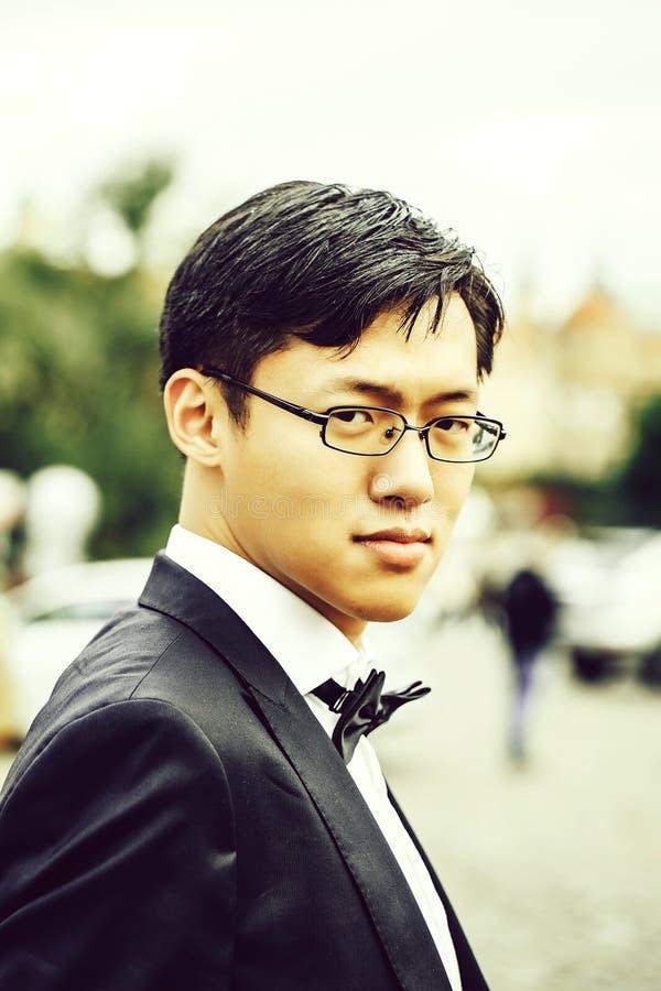 Les Chinois se toilettent dans le costume de mariage images libres de droits