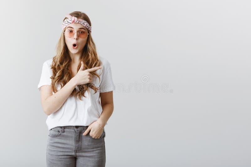 Les choses étonnantes se produisent là Portrait de jeune étudiante caucasienne enthousiaste demandée dans l'équipement élégant, b photographie stock