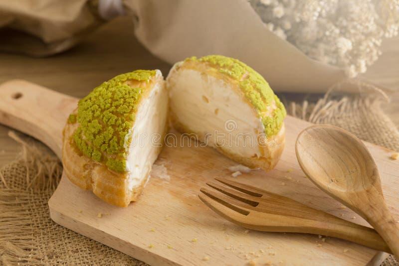 Les Choux écrèment du plat Les souffles crèmes ont rempli vanille et lait custar photographie stock libre de droits