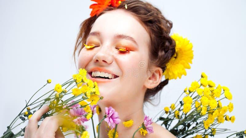 Les cils aiment des pétales des fleurs Belle jeune fille dans l'image de la flore, portrait en gros plan images stock