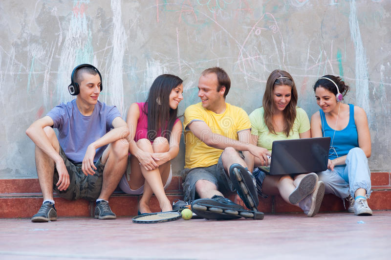 Les cinq jeunes ayant l'amusement à l'extérieur photographie stock libre de droits