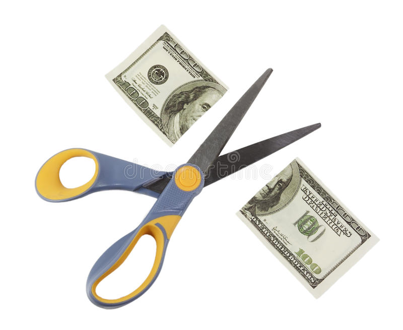 Les ciseaux ont coupé cent billets d'un dollar dans la moitié photographie stock