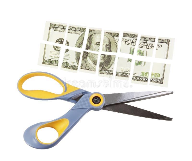 Les ciseaux ont coupé cent billets d'un dollar en beaucoup de pièces photo stock