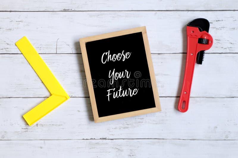 Les citations de motivation choisissent votre avenir sur un tableau noir Concept d'affaires et de finances image libre de droits
