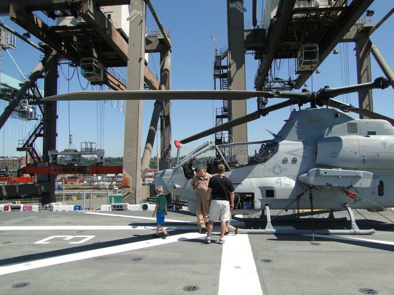 Les civils examinent un hélicoptère superbe de cobra d'AH-1W image libre de droits