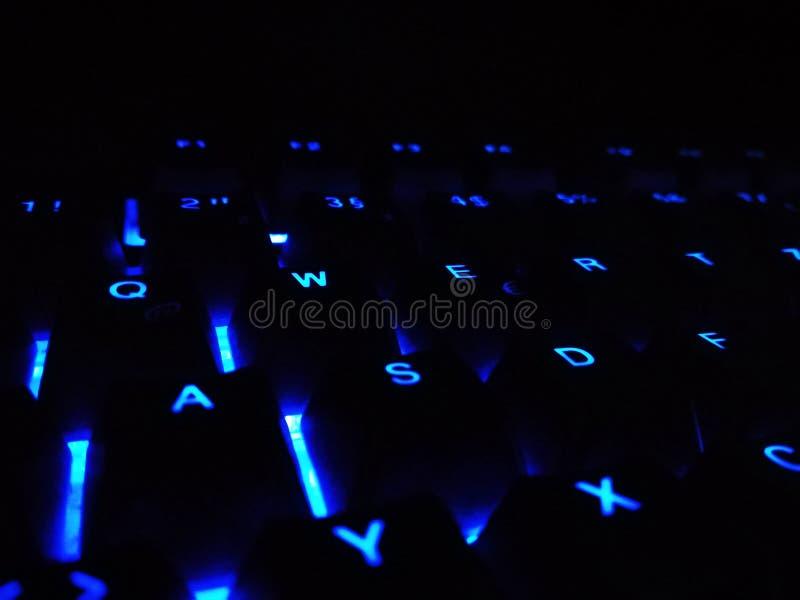 Les clés d'un clavier avec la disposition allemande et le fond bleu colorent vu à partir du dessus image libre de droits