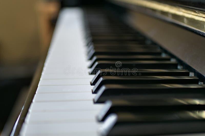 Les clés de piano se ferment avec le clavier noir et blanc photo libre de droits