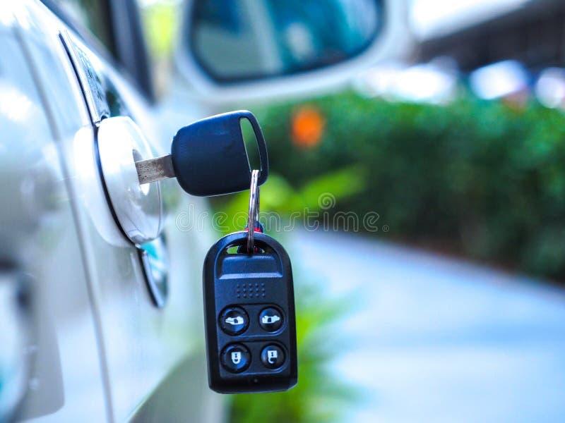 Les clés de voiture sont parties dans la porte photo libre de droits