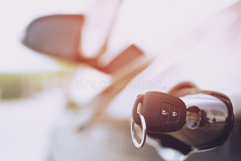 Les clés de voiture sont parties dans une serrure dans la porte ou oublient la clé dans la voiture, image stock