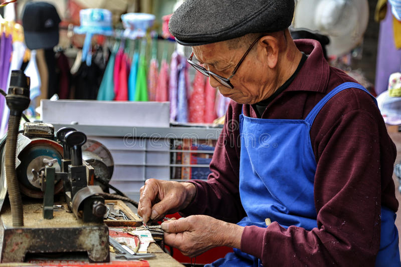 Les clés granding de vieil homme dans la ville de yuantong dans Sichuan, porcelaine images libres de droits