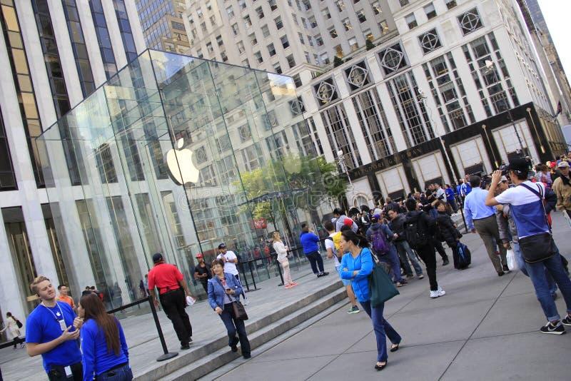 Les clients alignent en dehors d'Apple Store sur Fifth Avenue pour acheter le nouvel iPhone 6 photographie stock libre de droits