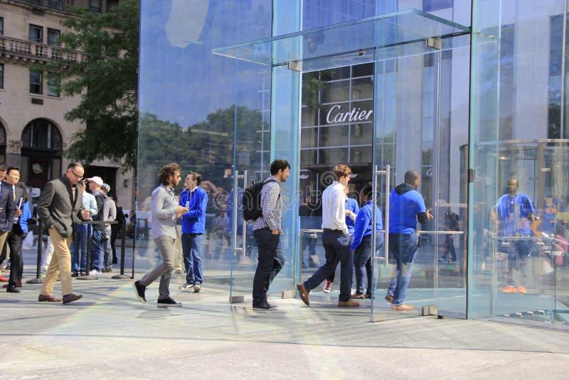 Les clients alignent en dehors d'Apple Store sur Fifth Avenue pour acheter le nouvel iPhone 6 image libre de droits
