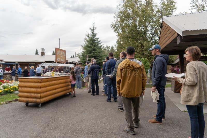Les clients alignent pour l'Alaska Salmon Bake en parc pionnier photo libre de droits
