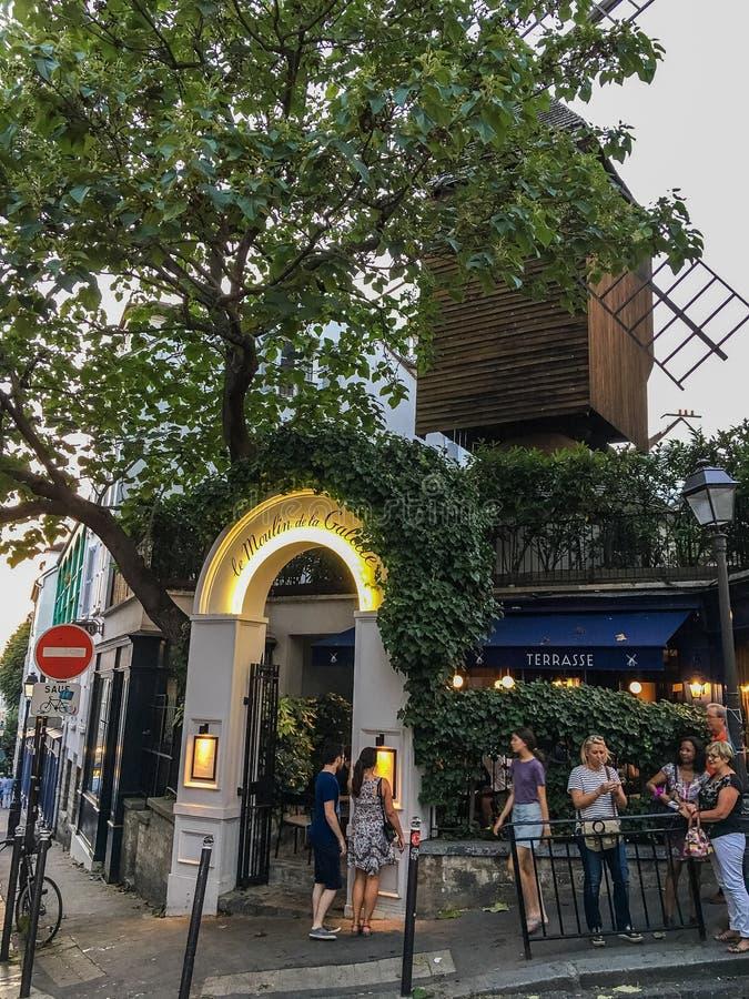 Les clients attendent en dehors de Moulin de la Galette sur Montmartre à Paris photographie stock