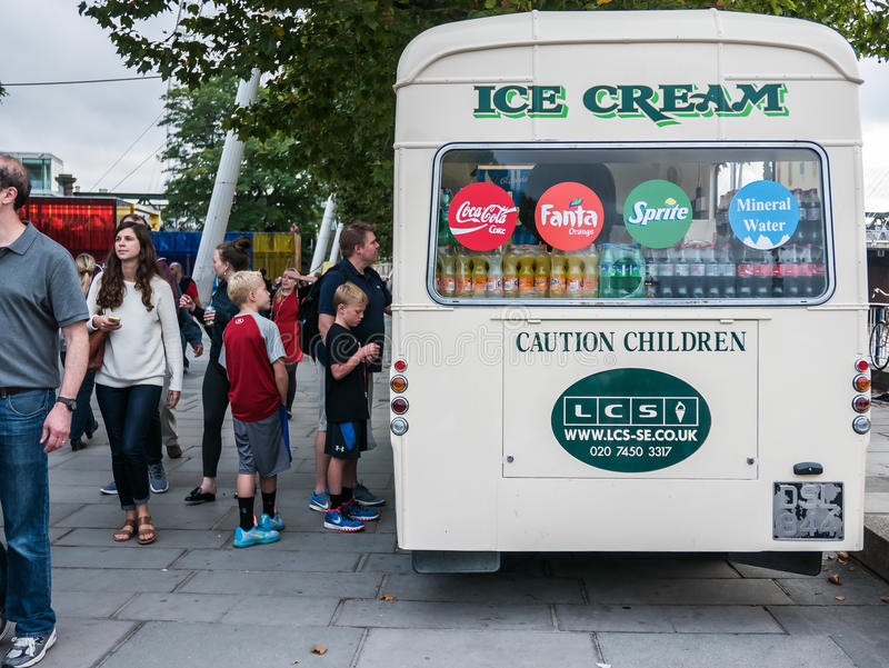 Les clients au camion de crème glacée près de Southbank centrent, Londres images stock