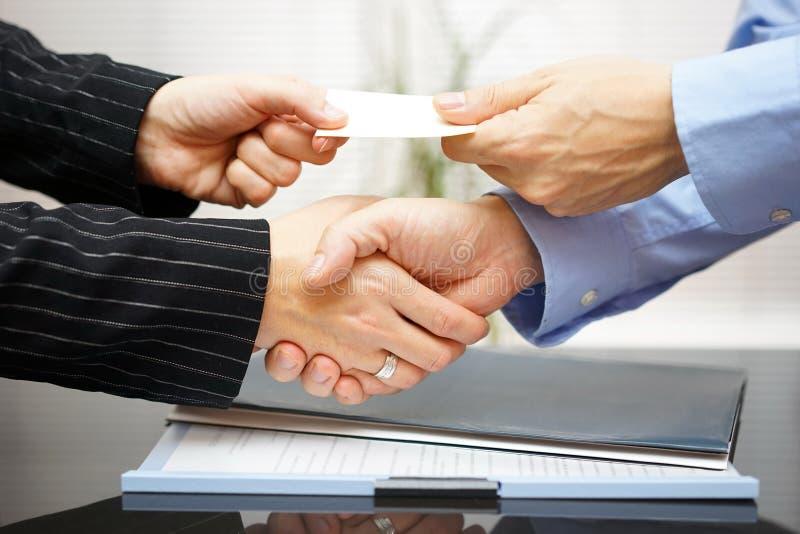 Les clients d'affaires sont carte de visite professionnelle de visite d'échange et handshakeing photographie stock