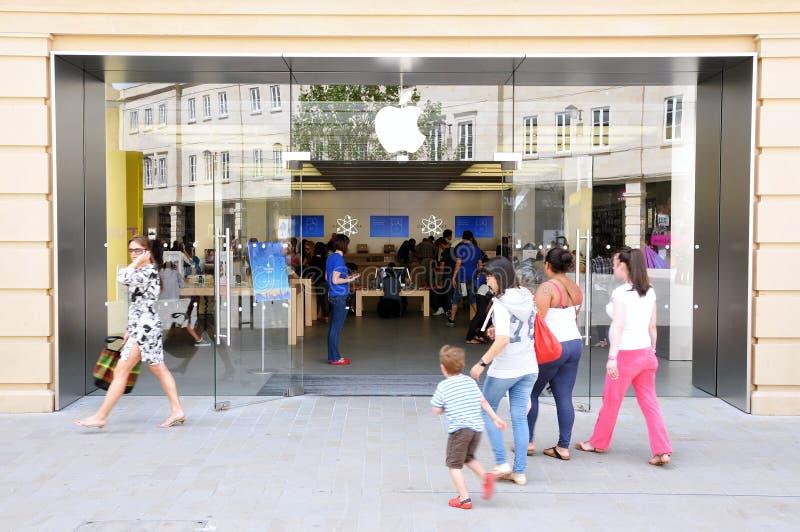 Les clients marchent à Apple Store image libre de droits