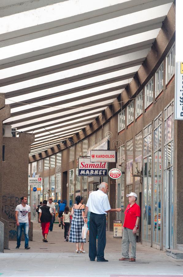 Les clients marchent le long de la rue de achat couverte dans Novi Pazar, Serbie images stock