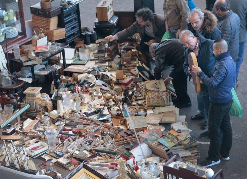 Les clients recherchent des affaires au stand de marché aux puces photographie stock