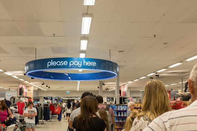 Les clients s'alignent à un point de paiement central à K-Mart photo libre de droits