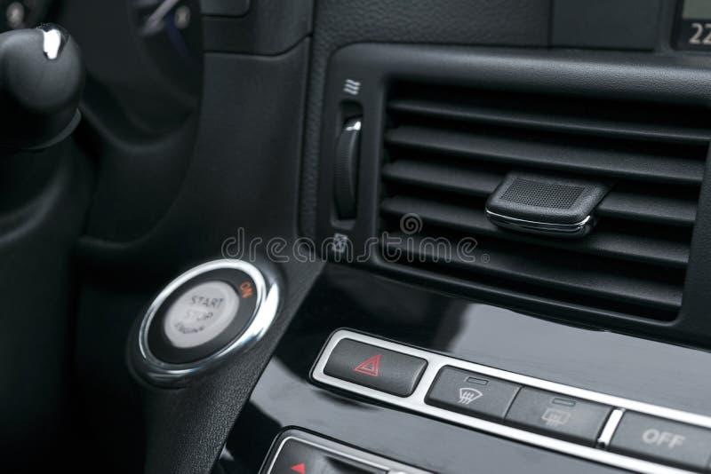 Les clignoteurs d'avertissement et l'urgence de risque de voiture se boutonnent avec la triangle rouge évidente Foyer sélectif Co photographie stock