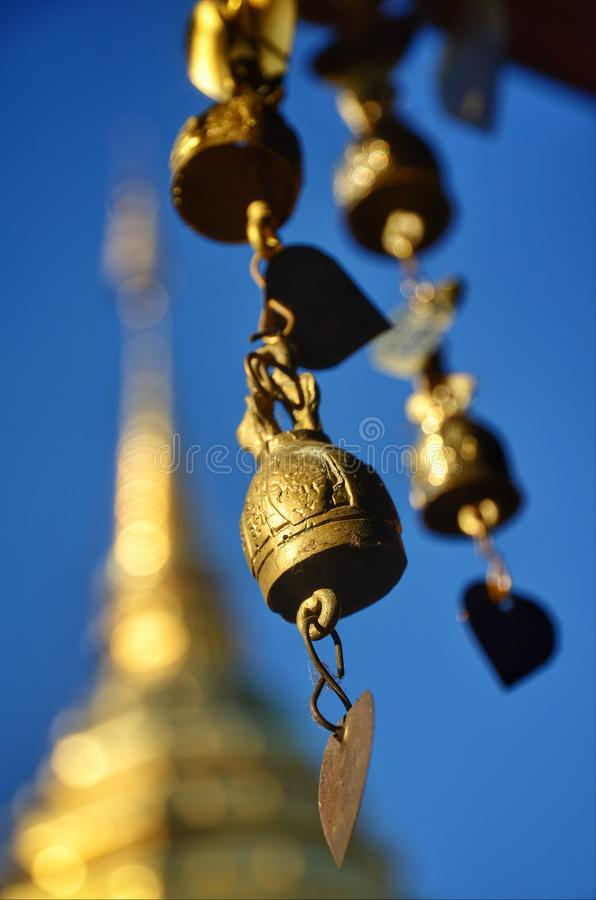 Les cloches en laiton traînent le pavillon dans le secteur de temple images stock