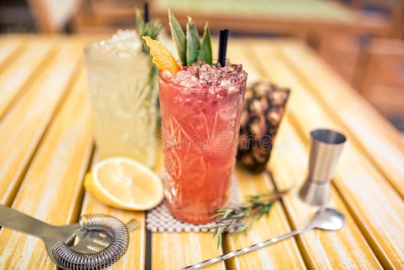 les cocktails ont servi le froid dans la barre, restaurant Cocktails de genièvre et de chaux de tonique photos stock