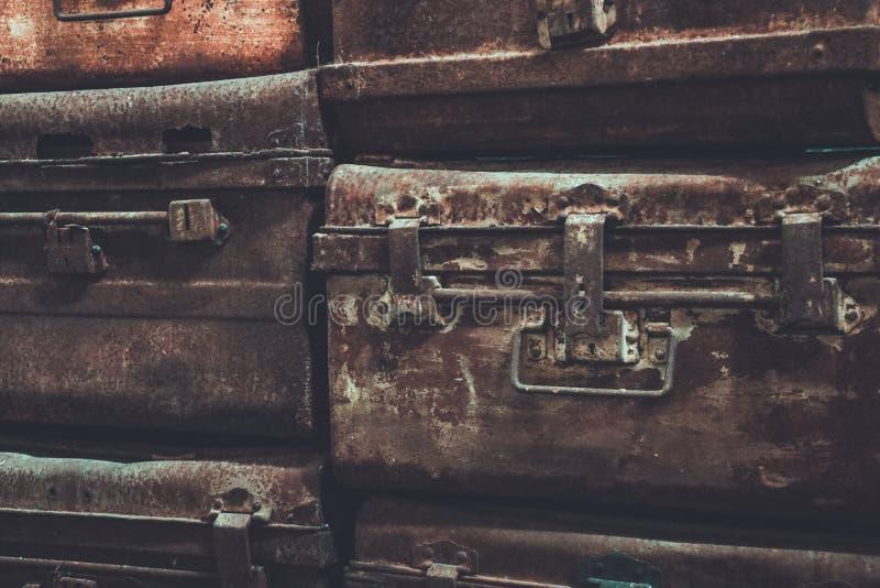 Les coffres en acier de vieux fer antique colorent le style de vintage photographie stock
