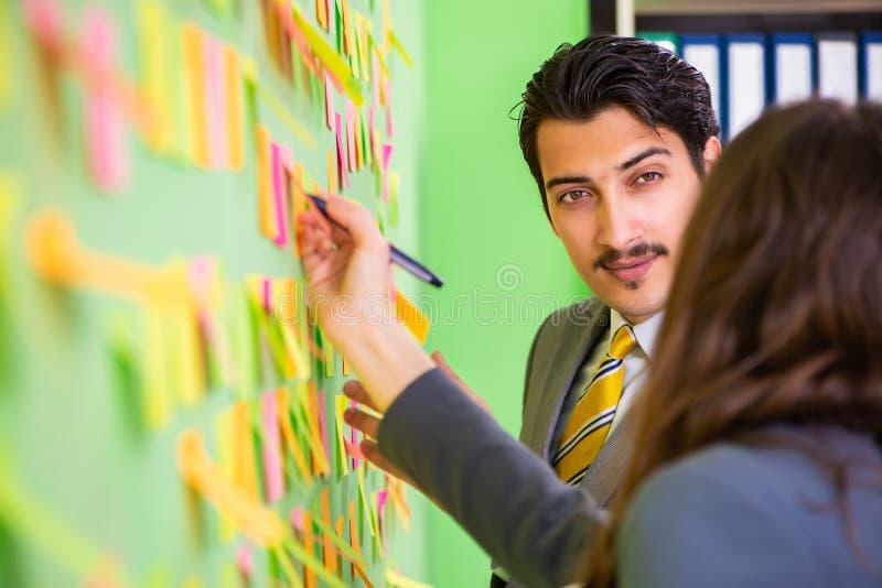 Les collègues d'affaires discutant de futures priorités photographie stock libre de droits