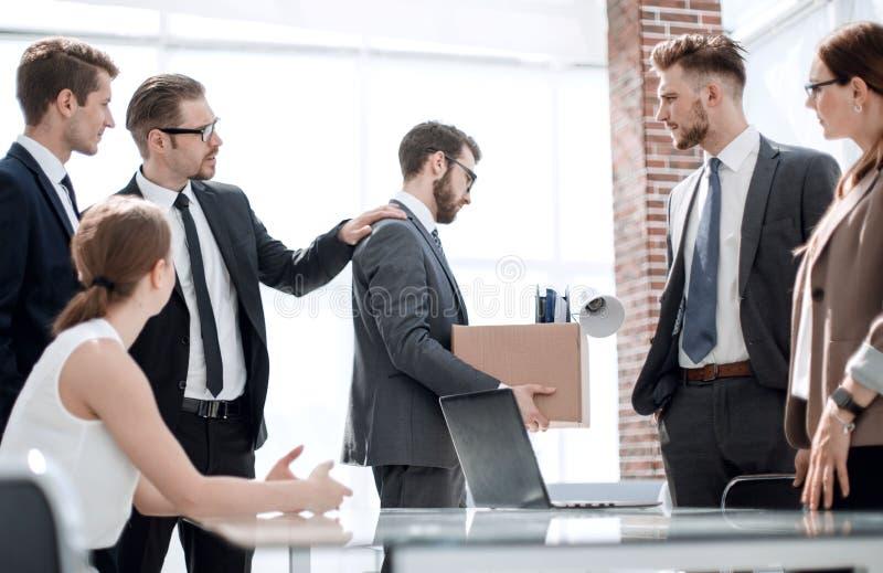 Les collègues d'affaires ont escorté l'employé écarté photographie stock libre de droits
