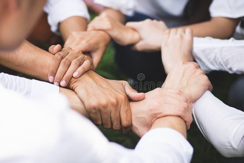 Les collaborateurs du groupe collaboraient pour faire confiance au concept de réussite commerciale du partenariat de travail d'éq photo stock