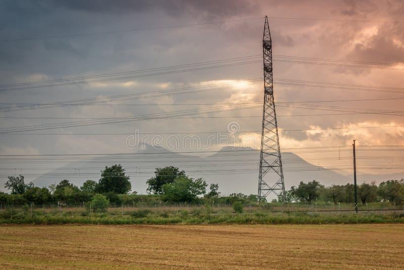 Les collines aménagent la vue en parc avec la tour électrique à haute tension au crépuscule La Catalogne, Espagne photographie stock libre de droits