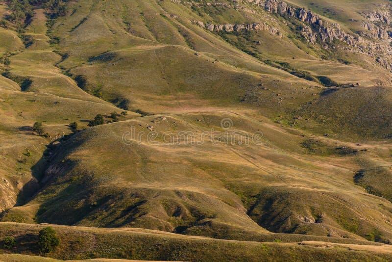 Les collines lisses aménagent en parc Déplacement dans le pays de montagne image stock