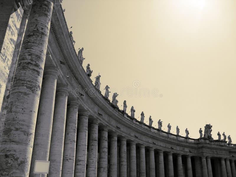 Les colonnades de Ville du Vatican sous le soleil brillant images stock