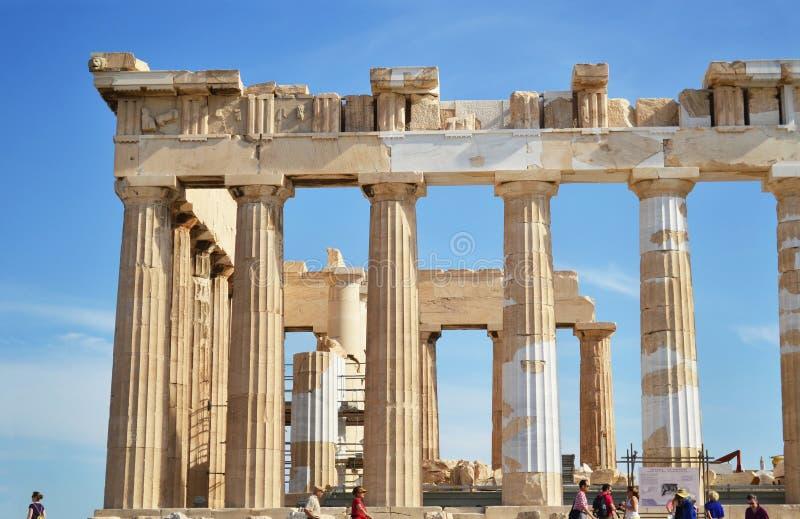 Les colonnes antiques de l'Acropole Grèce de parthenon avec des touristes photos libres de droits