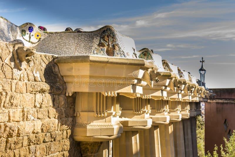 Les colonnes doriques soutiennent le toit de Sala Hipostila, la terrasse centrale, avec le banc de serpent de mer autour de son b image libre de droits