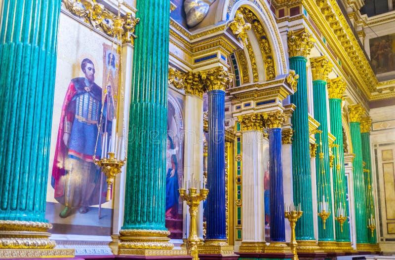 Les colonnes en pierre semi-précieuses dans la cathédrale de St Isaac image libre de droits