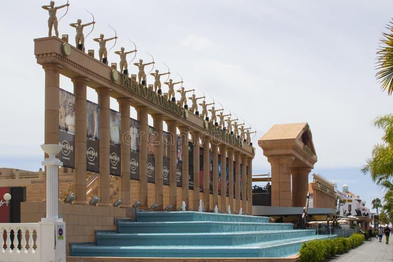 Les colonnes impressionnantes ont complété avec des statues des archers féminins en dehors de Hard Rock Cafe et de centre de conf photos libres de droits
