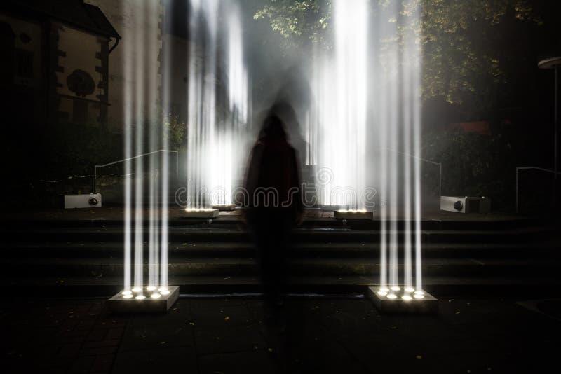 Les colonnes légères lumineuses mystérieuses effrayantes foncées d'Enigma dehors rampent photos libres de droits