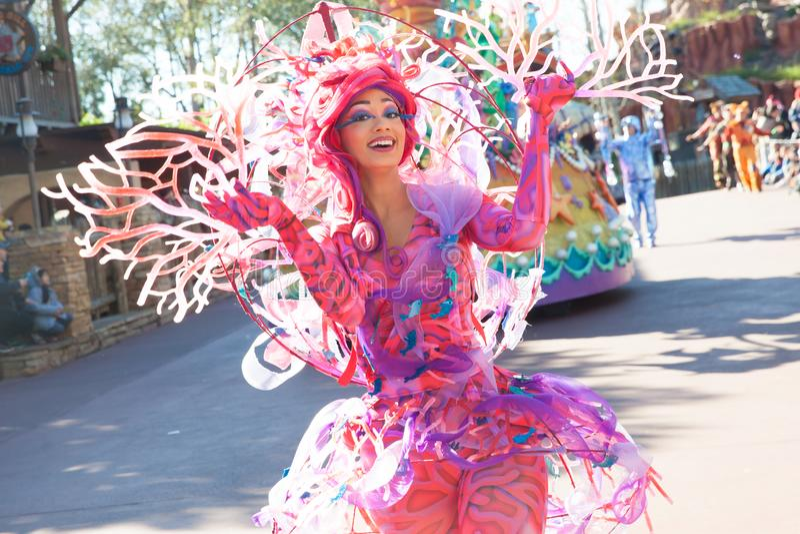 Les comiques dans des costumes colorés participant à DisneyWorld défilent images stock