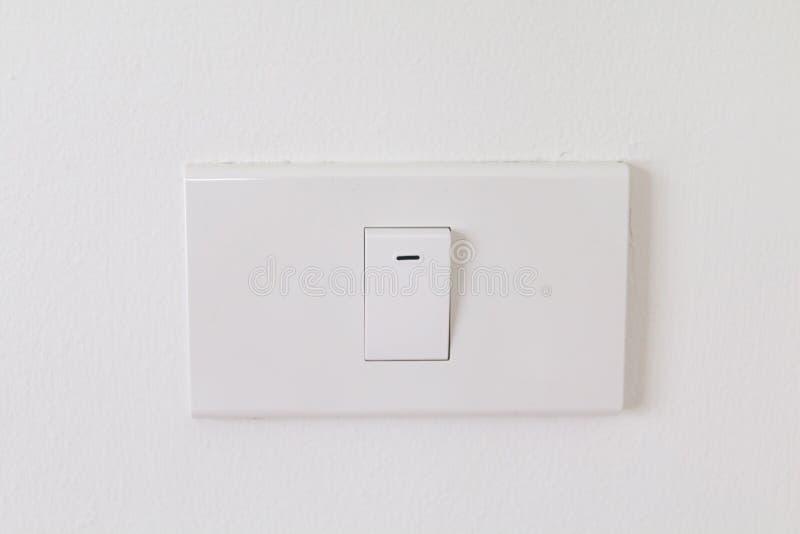 Les commutateurs électroniques avec le fond blanc, commutateurs blancs sur le mur dans la maison, plan rapproché commute l'intéri image libre de droits