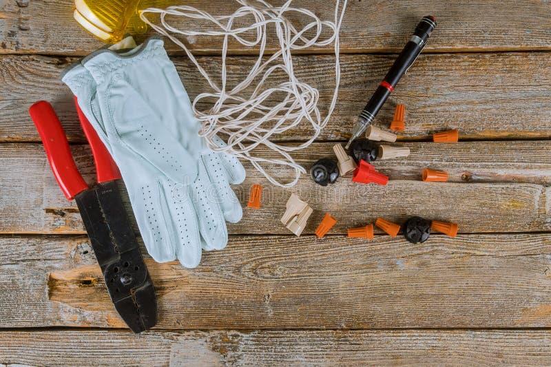 Les composants pour l'usage dans les installations électriques ont coupé des pinces, les connecteurs, accessoires pour le travail image libre de droits