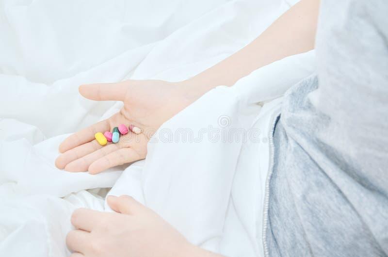 Les comprimés de médecine sont en main images libres de droits