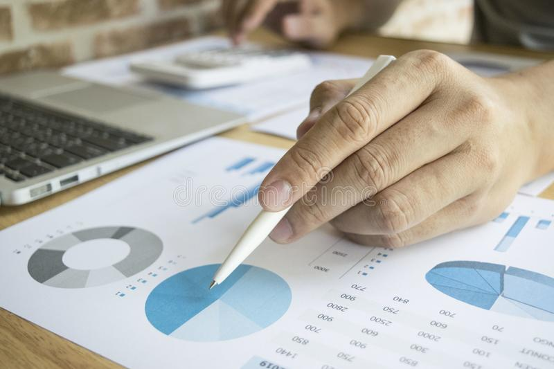 Les comptables examinent les finances de la société pour préparer des plans de développement des affaires pour l'Asie de l'Est photo libre de droits