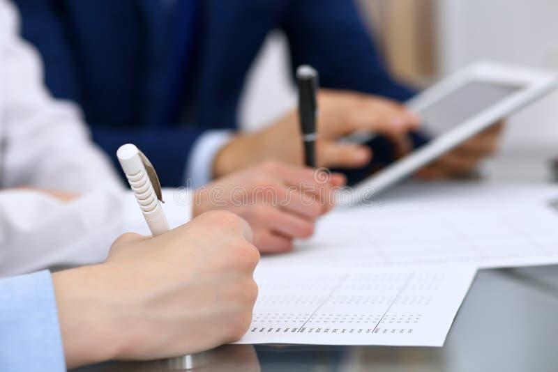 Les comptables team ou les inspecteurs financiers rédigeant le rapport, calculant et vérifiant l'équilibre Documen financiers de  photos libres de droits