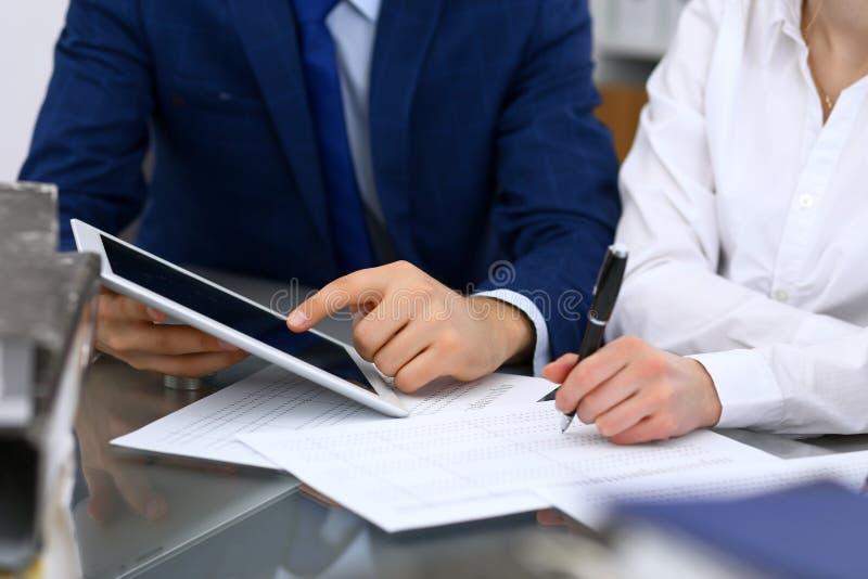 Les comptables team ou les inspecteurs financiers rédigeant le rapport, calculant et vérifiant l'équilibre Documen financiers de  image libre de droits